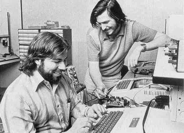 Steve Jobs y Steve Wozniak en una Apple.